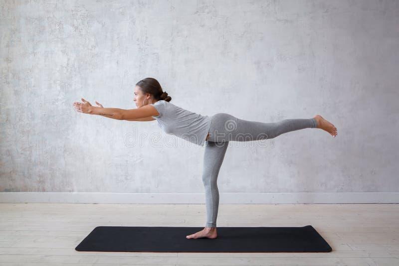 女子实践的先进的瑜伽 一系列的瑜伽姿势 库存照片