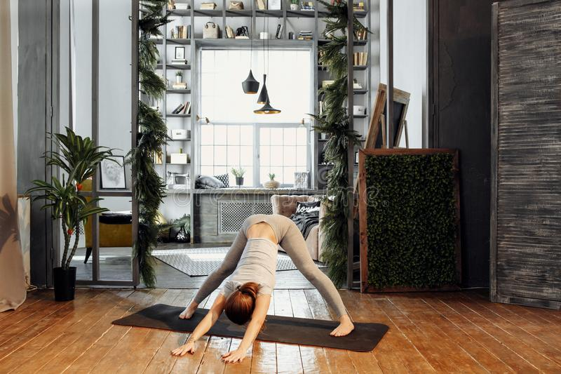 女子实践的家庭瑜伽 一系列的瑜伽姿势 生活方式概念 免版税库存图片