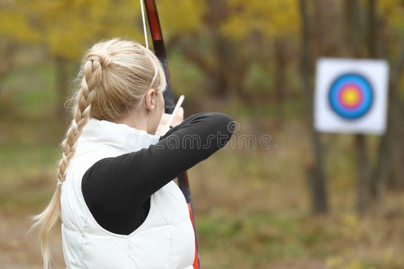 女子实践的射箭户外 免版税库存图片