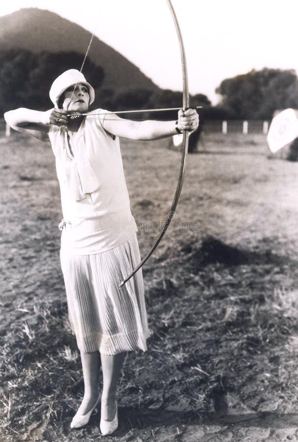 女子实践的射箭 图库摄影
