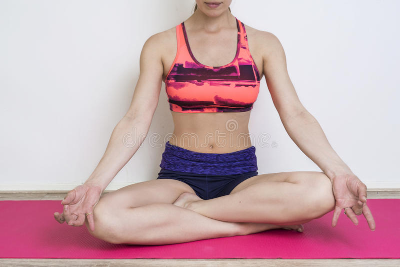 女子实践的瑜伽在家 免版税库存图片