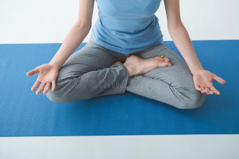 女子实践的瑜伽在家 库存照片