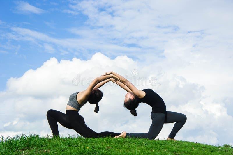 女子实践的瑜伽在自然和蓝天背景中放松图片