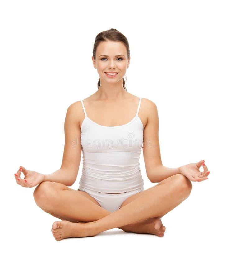 女子实践的瑜伽莲花姿势 免版税库存图片