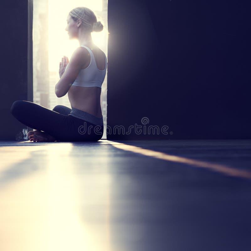 女子瑜伽实践姿势训练概念 免版税库存图片