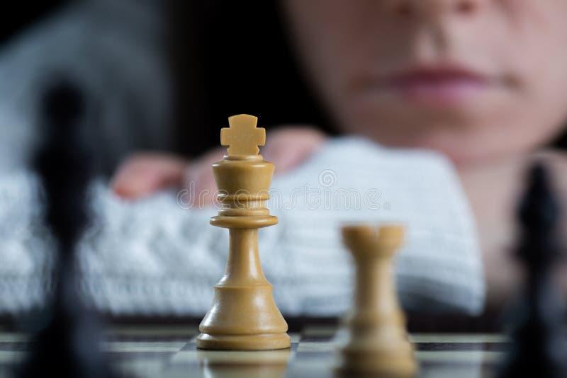 女子观看的棋枰 免版税库存图片