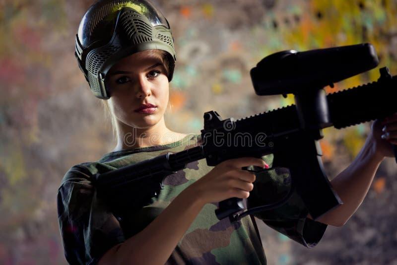 女子迷彩漆弹运动游戏玩家 库存照片