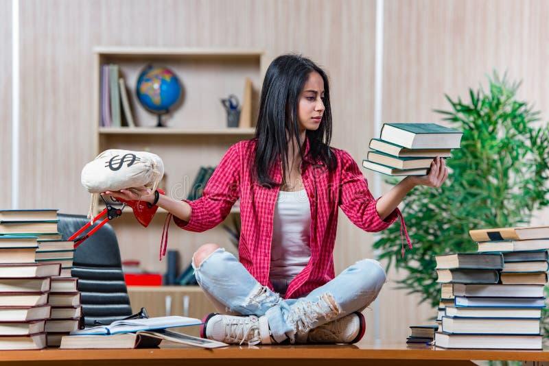 Download 年轻女学生为学院学校检查做准备 库存图片. 图片 包括有 相当, 快乐, 费用, 研究, 开会, 许多, 毕业生 - 72358211