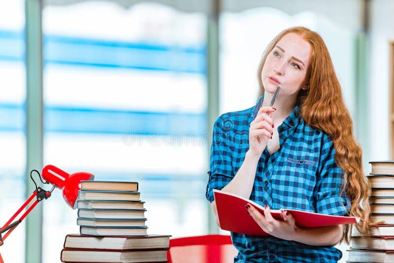 Download 年轻女学生为检查做准备 库存图片. 图片 包括有 课程, 学校, 严重, 作梦, 课本, 冥想, 读取, 学习 - 72359437