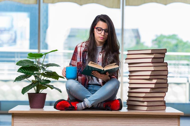 年轻女学生为检查做准备 库存图片
