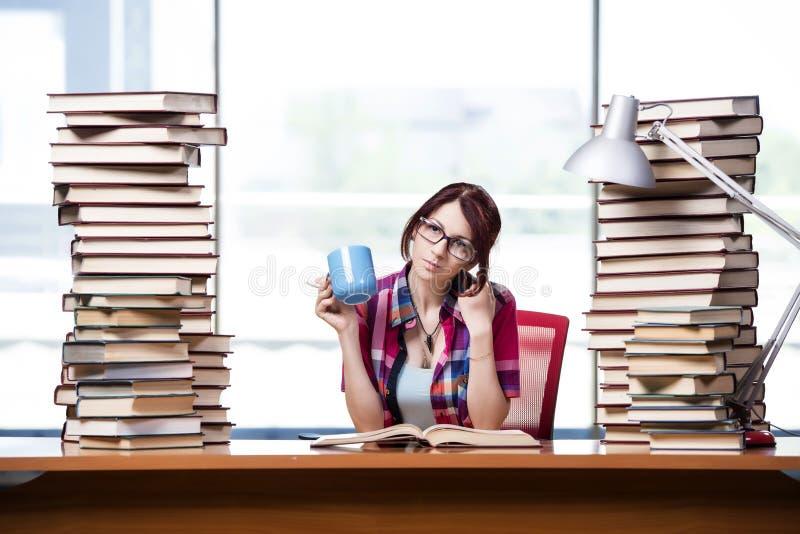 年轻女学生为检查做准备 免版税库存照片