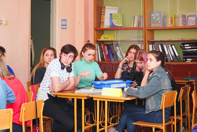 女学生在他们的书桌的教室 免版税图库摄影