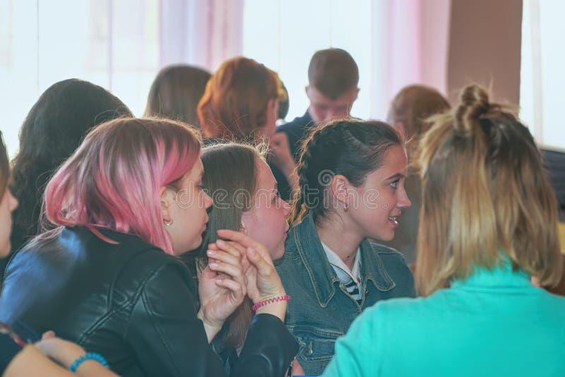 女学生在他们的书桌的教室 免版税库存图片