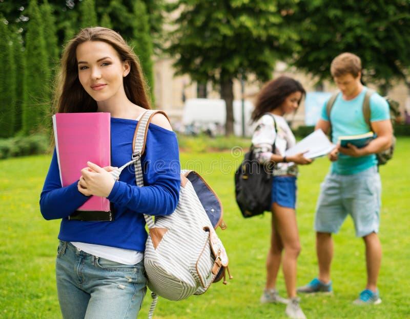 女学生在城市公园 免版税库存照片