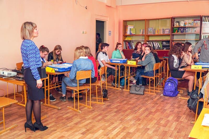 女学生在有老师的教室类的 免版税库存照片