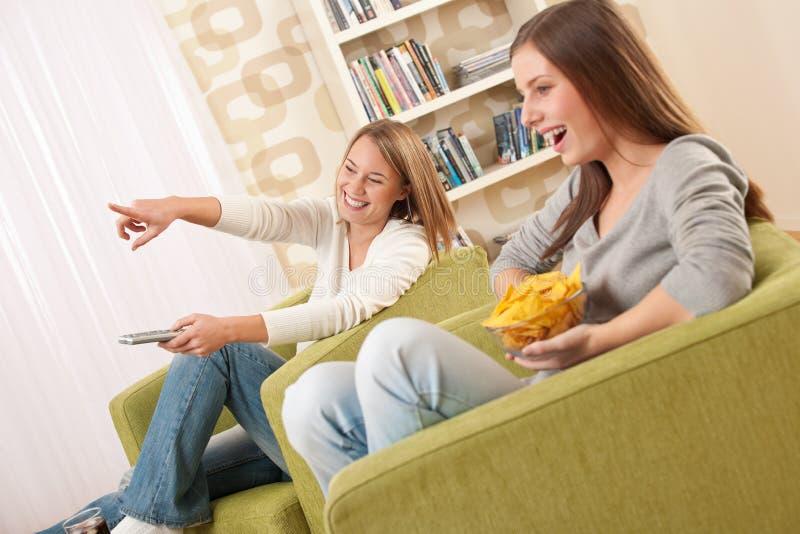 女学生注意少年的电视二 库存图片