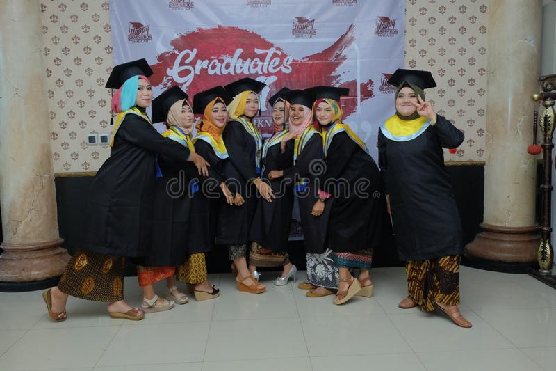 女学生获得乐趣在他们的毕业 免版税库存图片