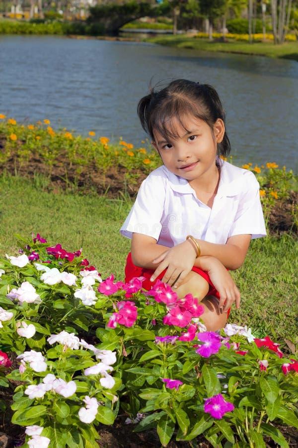 Download 女孩一点微笑 库存图片. 图片 包括有 人力, 方式, 绿色, 头发, 照亮, 子项, 婴孩, 草甸, 孩子 - 22357843