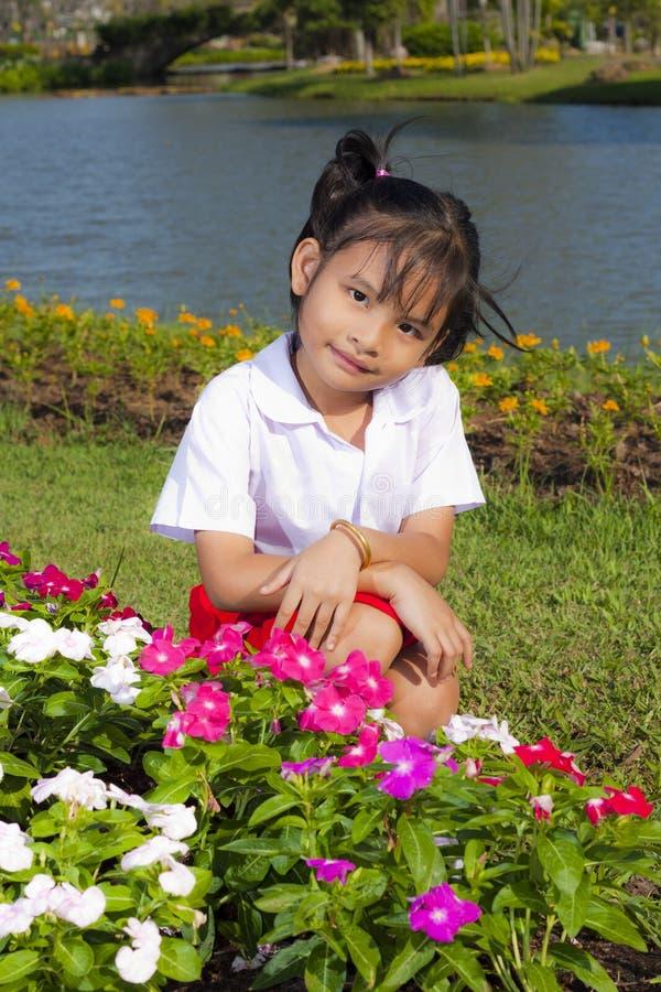 Download 女孩一点微笑 库存照片. 图片 包括有 自然, 逗人喜爱, 聚会所, 背包, 愉快, 庭院, 蓝色, 绿色 - 22357884