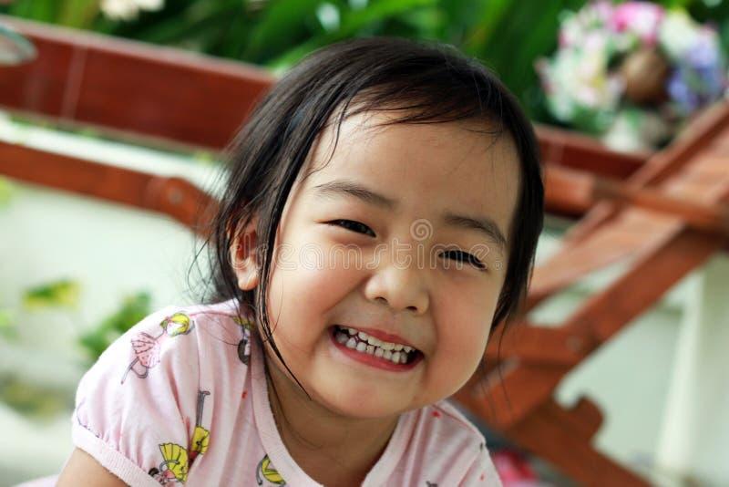 女孩一点微笑 免版税库存照片