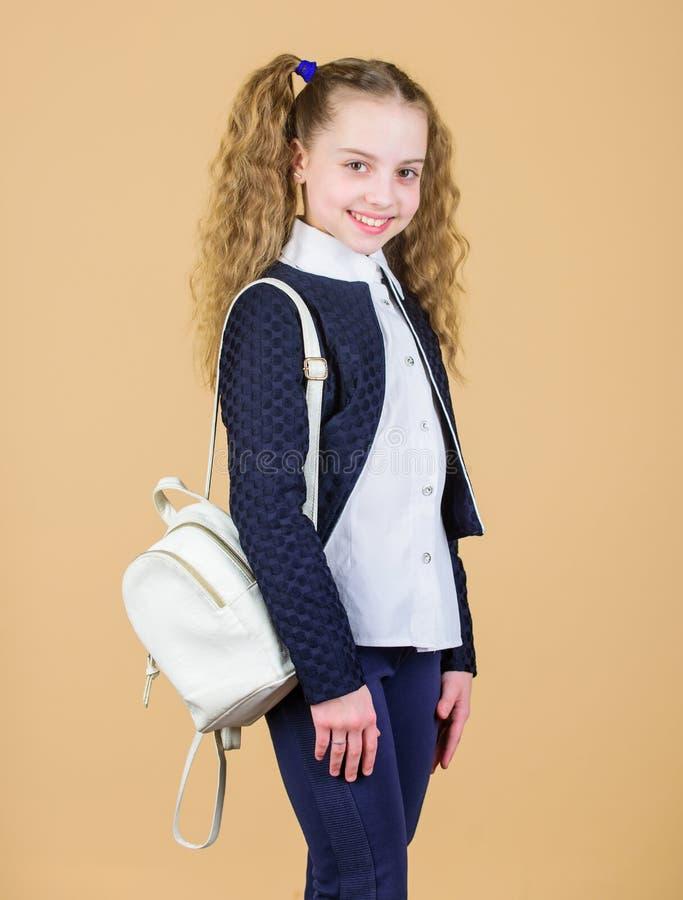 女孩一点时兴的cutie运载背包 普遍的有用的时装配件 有小皮革背包的女小学生 库存照片