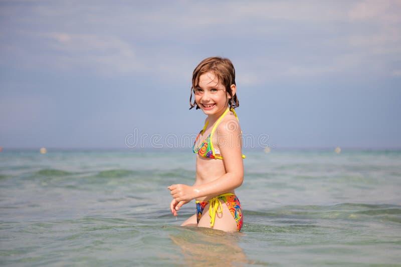 女孩一点游泳 免版税库存照片