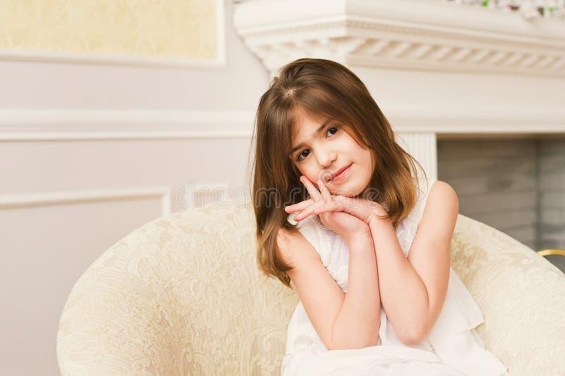 女孩一点纵向微笑 库存照片