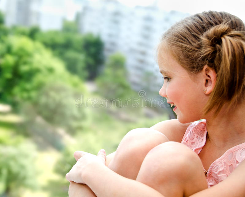 女孩一点纵向微笑 免版税图库摄影