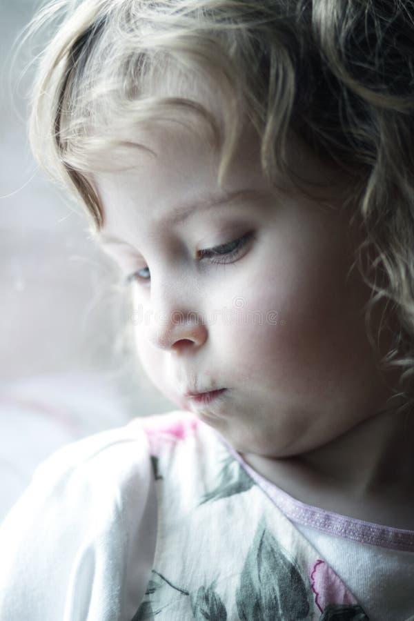 女孩一点被触犯的翻倒 免版税库存图片