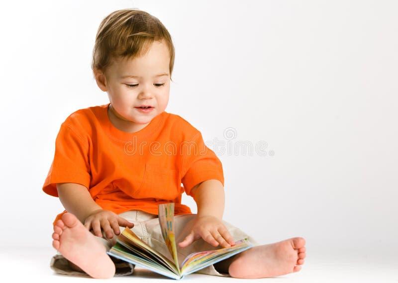 女孩一点读取 免版税库存图片