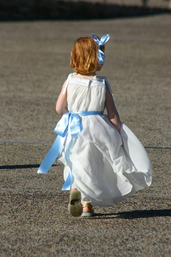 Download 女孩一点运行 库存图片. 图片 包括有 蓝色, 路面, 作用, 礼服, 婚礼, 天使, 操场, 褂子, 红头发人 - 64571
