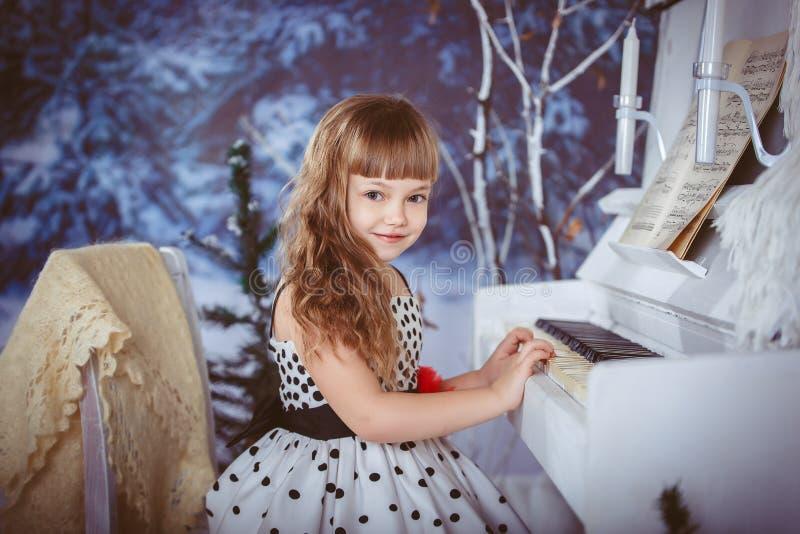 女孩一点钢琴使用 免版税图库摄影