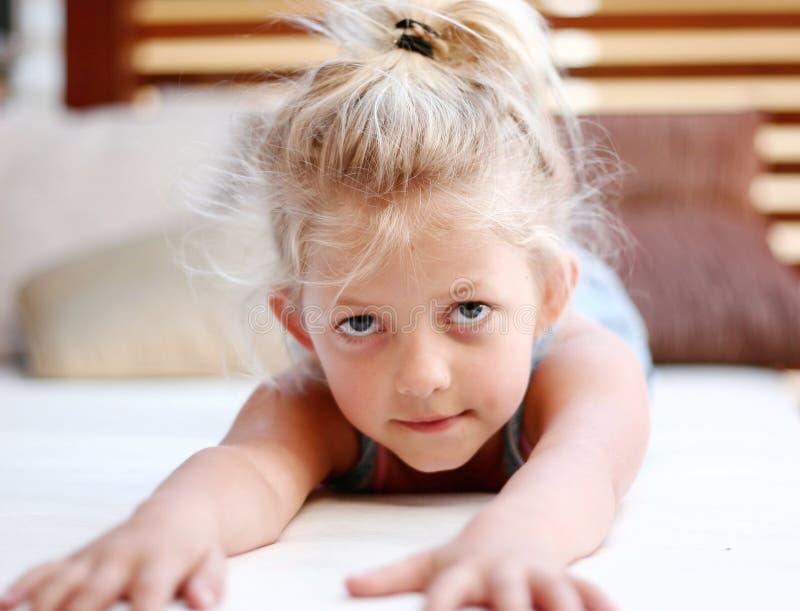 Download 女孩一点 库存照片. 图片 包括有 表达式, 微笑, 女孩, 舒展, 愉快, 子项, 纵向, 少许, 放置 - 183382