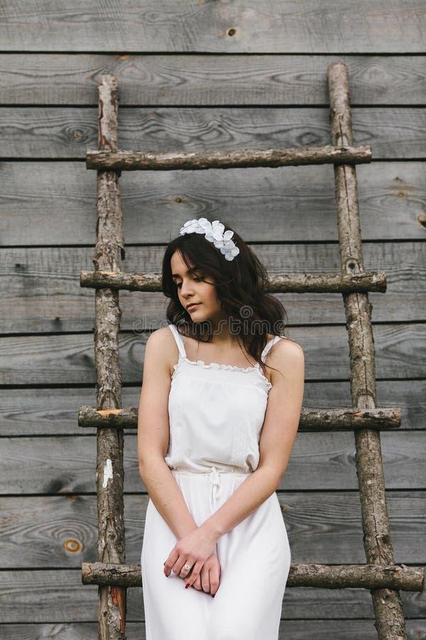 女孩上升的梯子到树上小屋里 免版税图库摄影