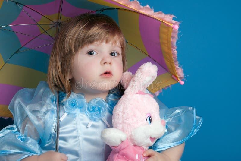 女孩下少许伞 免版税库存照片
