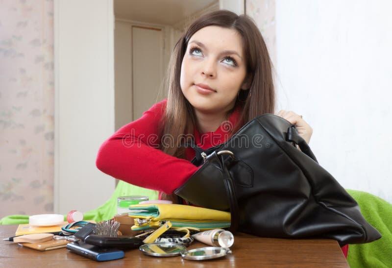 女孩不能发现任何东西在她的提包 图库摄影