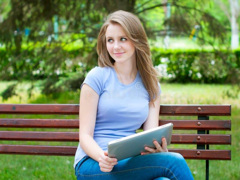 女孩个人计算机片剂 免版税库存图片