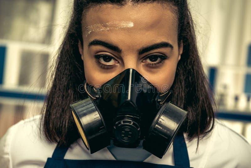 女孩个体防护用品的化验员 免版税库存图片