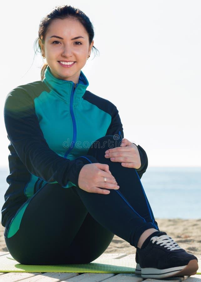 女孩为在海滩的规则训练做准备 免版税库存照片