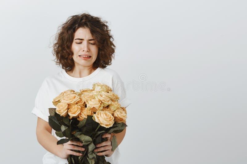 女孩为日期恨花,感到笨拙拒绝钦佩者提议 生气的可爱的女学生画象  免版税库存照片