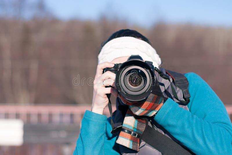 女孩为自然照相 免版税库存图片
