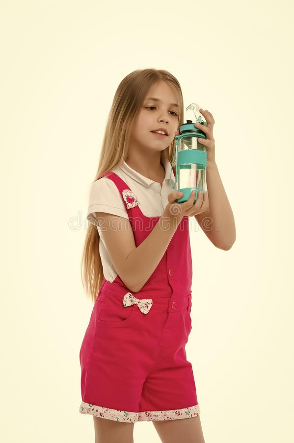 女孩举行在白色隔绝的水瓶 有塑料瓶的小孩 只干净和淡水 干渴和 免版税库存图片