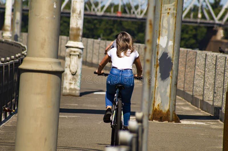 女孩乘驾自行车 r 体育和休闲 免版税库存图片
