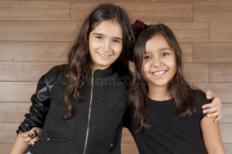 女孩二个年轻人 免版税库存图片