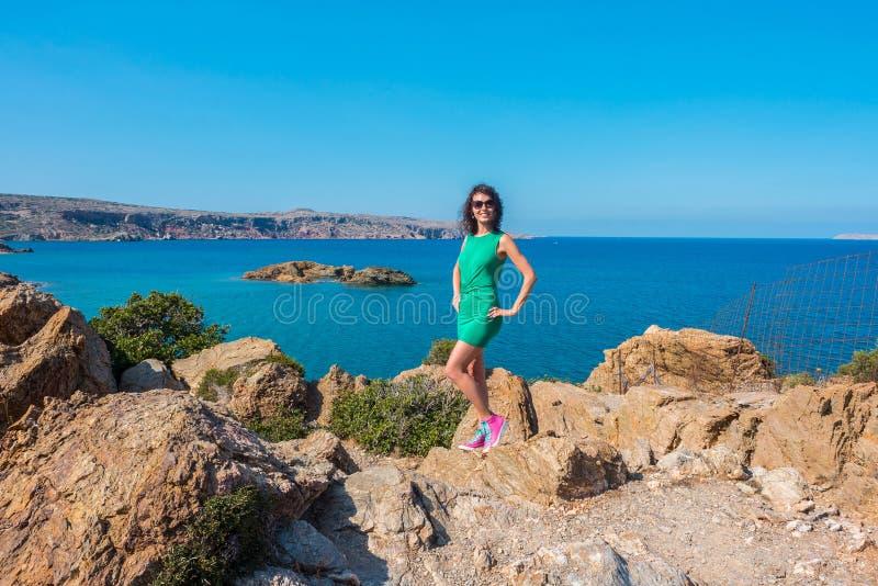 女孩享受海和好日子从观点在Vai海湾,克利特,希腊 免版税图库摄影