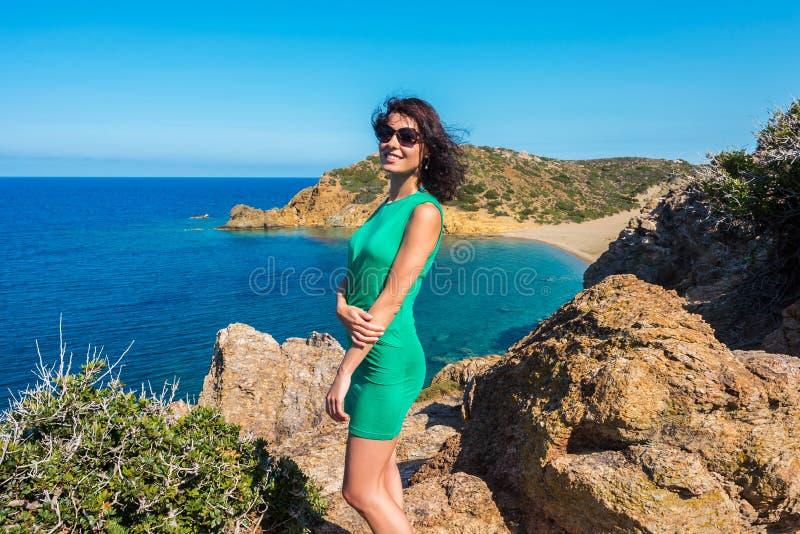 女孩享受海和好日子从观点在Vai海湾,克利特,希腊 免版税库存图片