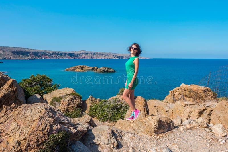女孩享受海和好日子从观点在Vai海湾,克利特,希腊 库存照片