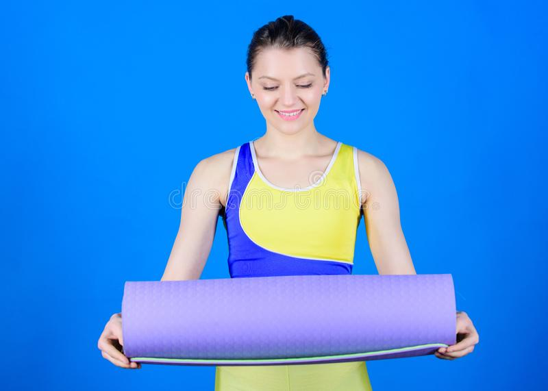 女孩亭亭玉立的适合的运动员举行健身席子 i 舒展肌肉 运动员瑜伽教练 做准备 免版税库存照片