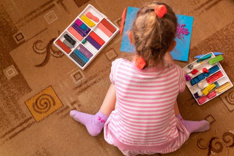 女孩从黏土使用并且雕刻 塑造彩色塑泥和美好的运动技巧的发展 免版税库存图片