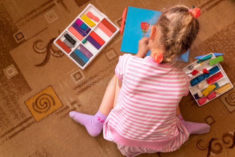 女孩从黏土使用并且雕刻 塑造彩色塑泥和美好的运动技巧的发展 库存图片